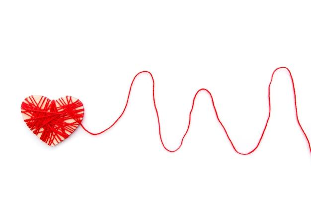 Vorm van hart met rode lijn als puls door rood touw geïsoleerd op een witte achtergrond