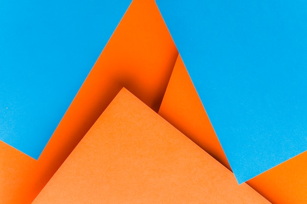 Vormen gemaakt met blauw en een oranje kaartpapier