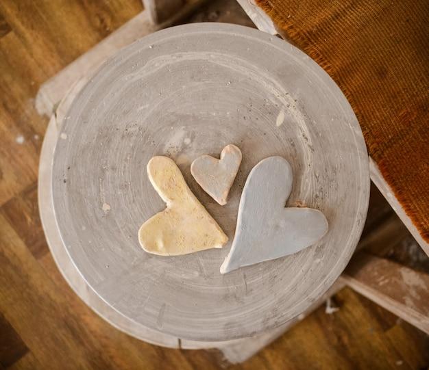 Vormen van harten geschilderd met verf erop
