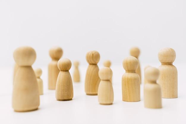 Vormen van mensen gegroepeerd in solidariteitsgemeenschap met eenvoudig wit oppervlak.