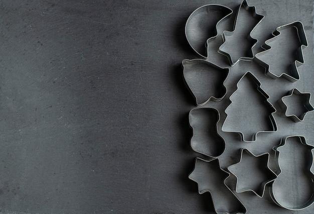 Vormen voor koekjes en peperkoek op ardesia staan aan de rechterkant, de tekst staat aan de linkerkant