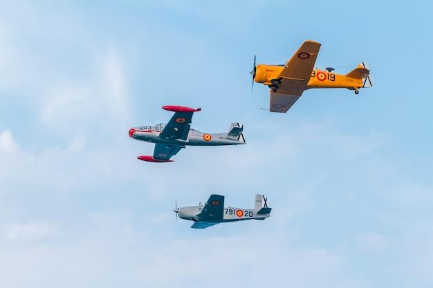 Vorming van drie vliegtuigen van de fio