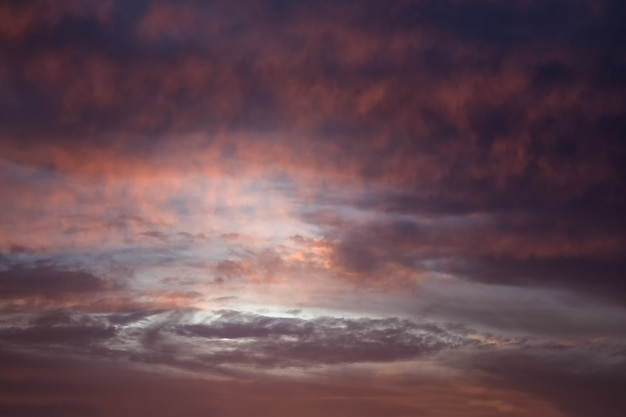 Vorming van een cycloon in de lucht. kleurrijke bewolkte hemel bij zonsondergang. hemetextuur, abstracte aardachtergrond