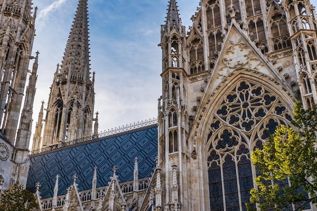 Votivkirche beroemde gotische kerk gevel en blauwe hemel in wenen, oostenrijk