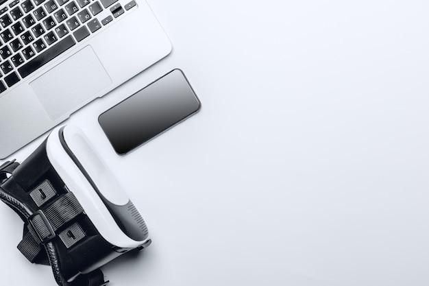 Vr-bril, smartphone en laptop op een tafel