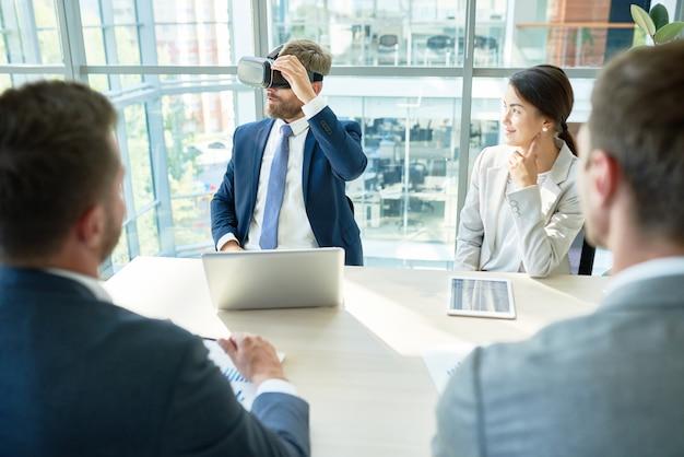 Vr-headset gebruiken tijdens werkvergadering
