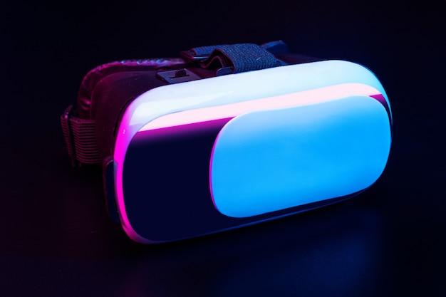 Vr. virtual reality-apparatuur op de tafel.