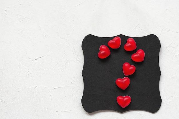 Vraagteken gemaakt van jelly harten op een bord