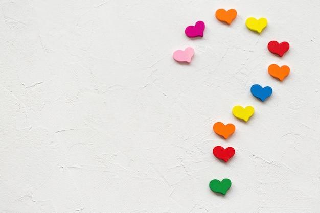 Vraagteken gemaakt van kleurrijke harten op een wit