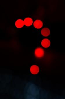 Vraagteken maken met rood licht op abstracte achtergrond. neonlicht nacht discussie.