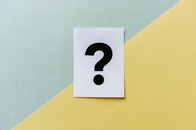 Vraagteken op diagonale geel grijze achtergrond