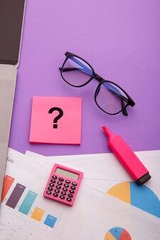 Vraagteken op plaknotities op bureau. veelgestelde vragen concept. werken met klanten. verticale afbeelding
