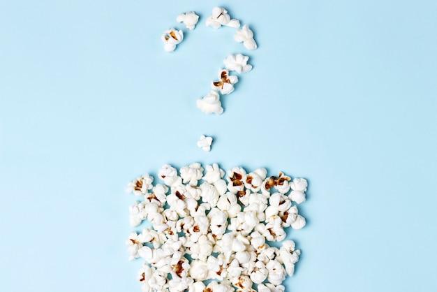 Vraagteken opgemaakt van popcorn op blauw