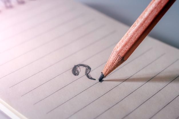 Vraagteken tekenen met potlood op papier