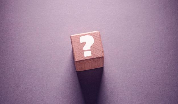 Vraagteken woord geschreven op houten kubussen