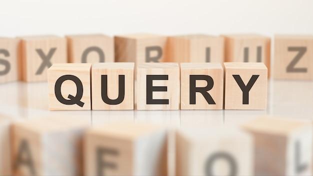 Vraagwoord van houten blokken met letters, vraag of bedrijfsconcept doen, willekeurige letters rond, witte achtergrond white