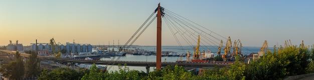 Vracht internationale zeehaven met vrachtschip, kranen en containers of kisten met goederen. wereldwijde verzending, levering en.
