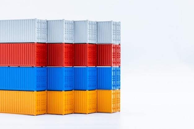 Vracht verschepende container geïsoleerd op een witte achtergrond, cargo containers wereldwijd bedrijf bedrijf industrie import export logistiek verzending transport en levering met kopie ruimte.