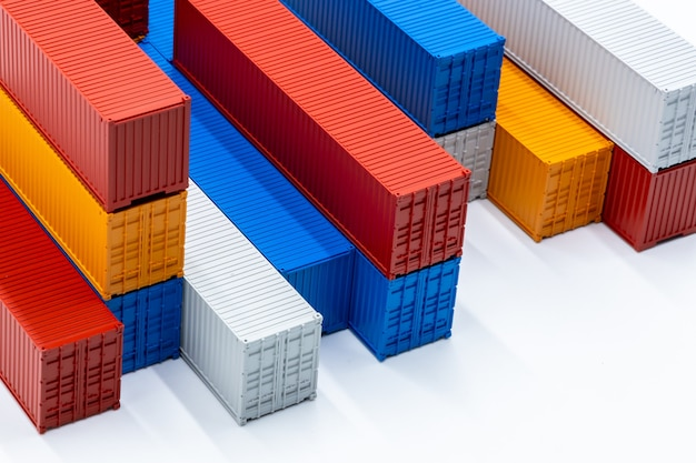 Vracht verschepende container, vrachtcontainers geïsoleerd op een witte achtergrond, zakelijke import export logistiek verzending transport en levering, kopie ruimte