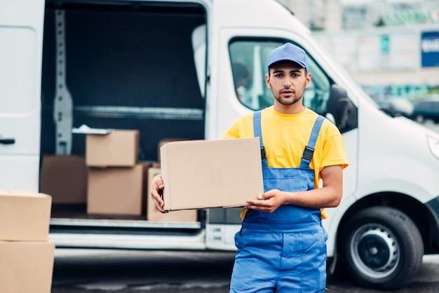 Vrachtbezorgservice, mannelijke koerier vrachtwagen leegmaken