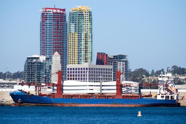 Vrachtboot die op industriezone van san diego de stad in wordt geparkeerd