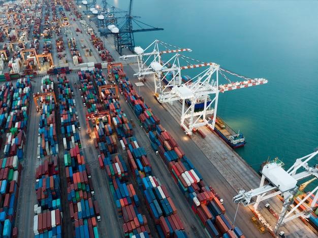 Vrachtcontainerschip bij de haven van de lading internationale werf en de tank van de kraanlading voor expor