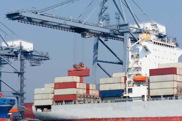 Vrachtcontainerschip met vliegtuig import en export goederen voor vrachtvervoer over zee