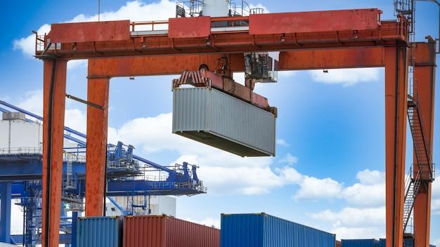 Vrachtkraan verschepende haven, industriële havenkraan, logistieke zaken reusachtige kraan en container, vrachtvrachtschip industriële kraan.