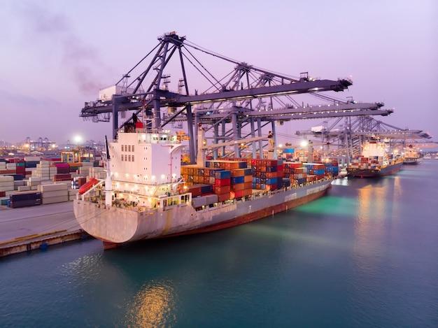 Vrachtschepen die containers vervoeren en grote tanks laden voor exportimport.
