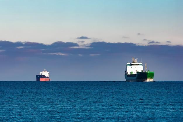 Vrachtschepen ver in stilstaand water van de oostzee