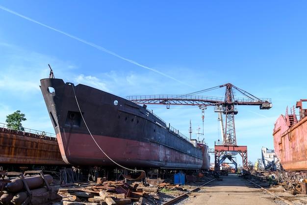 Vrachtschip aan wal op scheepsreparatiewerf