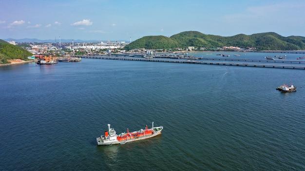 Vrachtschip drijvend op de zee
