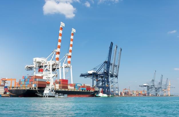 Vrachtschip in de container internationale werfhaven en kraanlaadtank voor vervoer