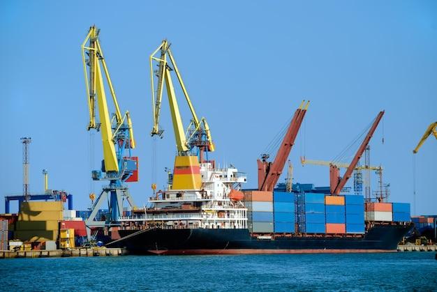 Vrachtschip in industrieel dok