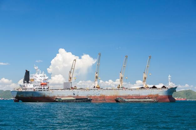 Vrachtschip met kranen