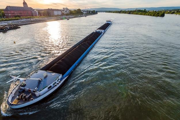 Vrachtschip met steenkool bulklading op de rivier de rijn in mainz, duitsland