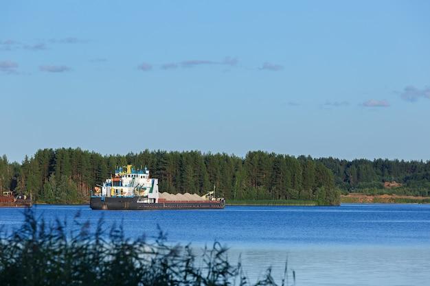 Vrachtschip op de rivier in rusland.