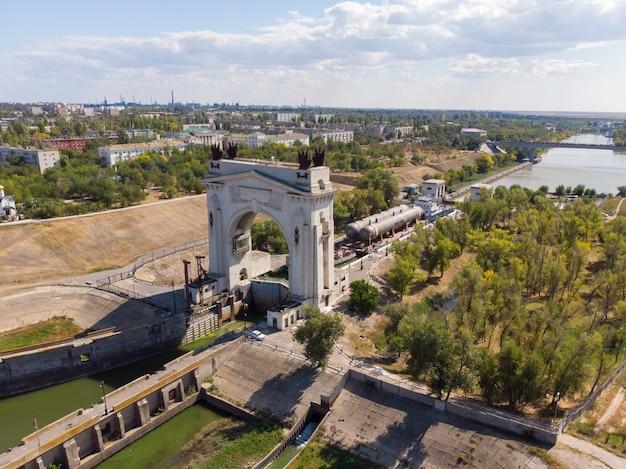 Vrachtvervoer door petrochemische waterapparatuur. de goederentrein van sleepboten passeert de eerste sluis van het wolga-don-navigatiekanaal in volgograd. rusland