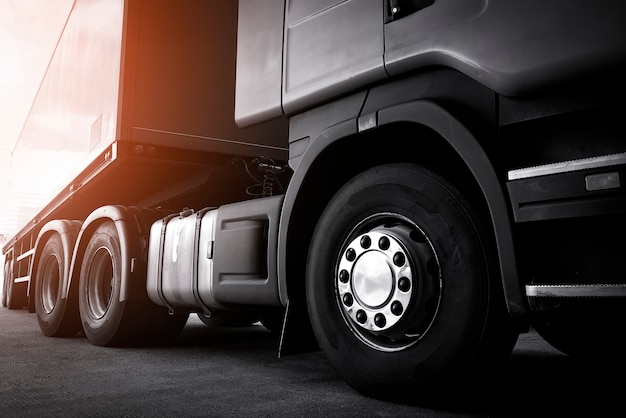 Vrachtvervoer over de weg per vrachtwagen. semi vrachtwagen op parkeerplaats.