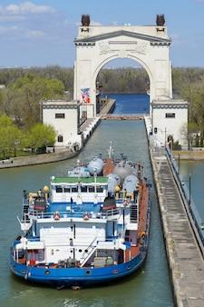 Vrachtvervoer over water, technologische uitrusting voor een olieraffinaderij. volgo-don volgograd. rusland/