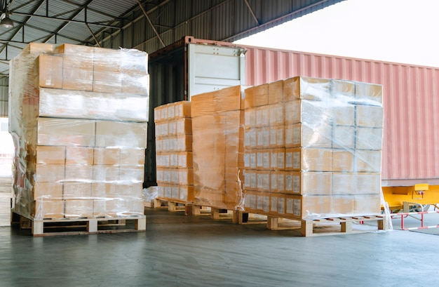 Vrachtverzending voor laden in een vrachtwagen in distributiemagazijn
