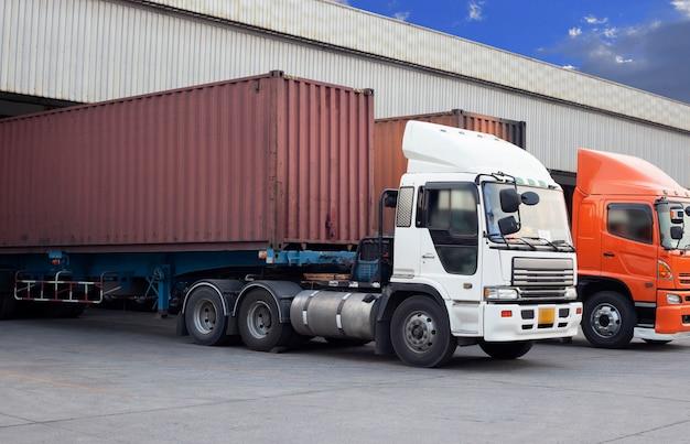 Vrachtwagen containerschip geparkeerd bij distributie magazijn.