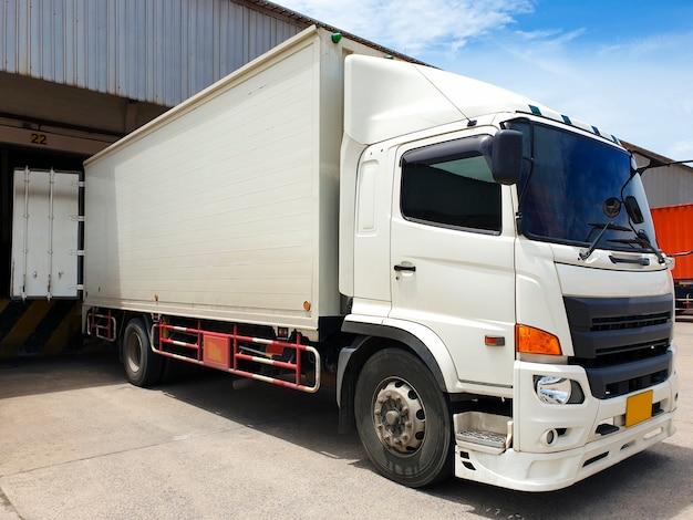 Vrachtwagen docking lading vracht zending goederen bij warehousing