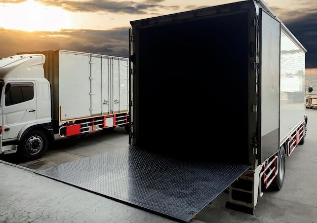 Vrachtwagen docking lading zending goederen in magazijn