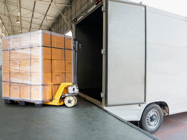 Vrachtwagen docking lading zending goederen, zware pallet zending goederen en hand lift