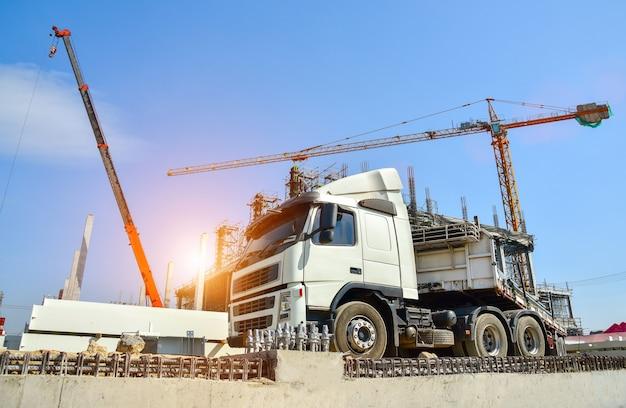 Vrachtwagen in bouwwerf