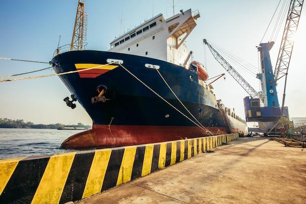 Vrachtwagen in containerdepot in import- en exportgebied in de haven