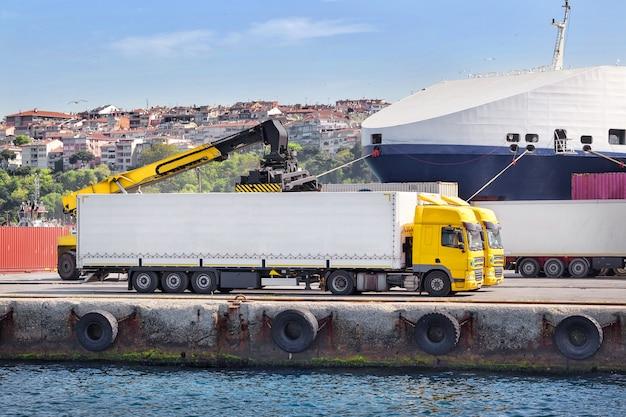 Vrachtwagen lossen in een haven