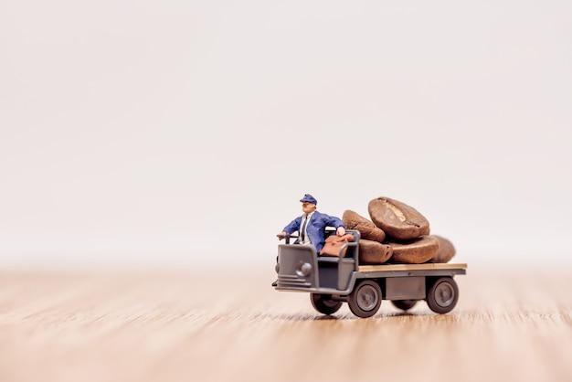 Vrachtwagen met chauffeur beladen met koffiebonen
