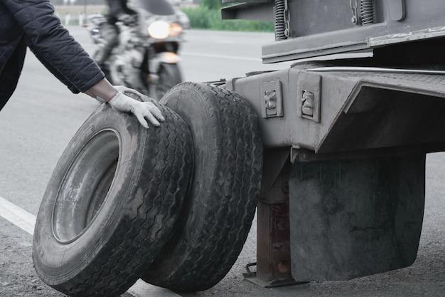 Vrachtwagen met extra grote vrachtbladeren op de weg. burst wheel.